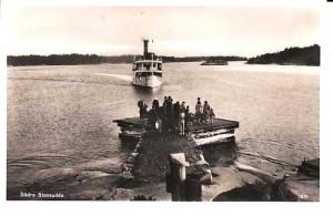 Vykort, förmodligen från 40-talet. Vänthuset (skorstenen syns) byggdes 1939 och S/S Kanholmen skrotades 1951